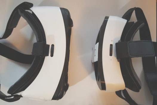 That Samsung Gear VR. on the left, is quite a bit wider than the DeePoon V3. But otherwise, the overall style is very similar.
